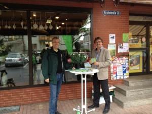 Die Grünen OV-Sprecher informieren die Bürger vor der Postfiliale
